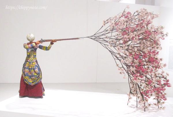 桜を放つ女性
